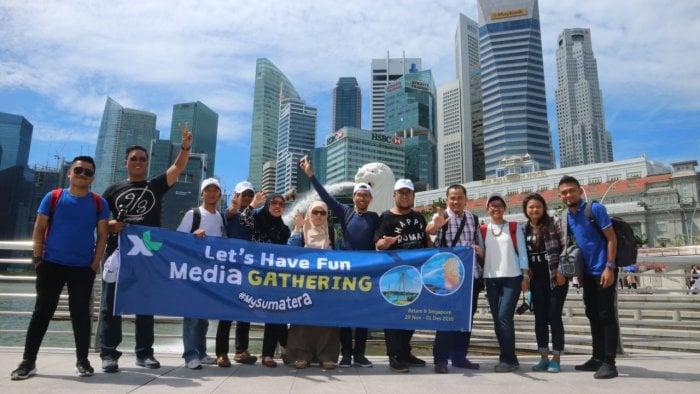 Para peserta media gathering tengah mencoba layanan XL Pass di Singapura